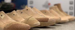 Ortopædskomager fremstiller håndsyede sko.
