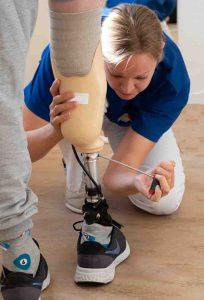 Bandagist Stine Ekholm, indstiller underbensprotese